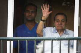 Ousted President Hosni Mubarak waves to supporters outside his hospital room where he awaits his final retrial for the deaths of hundreds of protesters during the 2011 uprising, Cairo, Oct. 6, 2015.  (H.Elrasam/VOA)