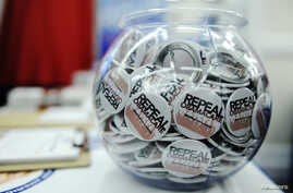 Buttons reading 'Repeal Obamacare' are displayed at the American Conservative Union's annual Conservative Political Action Conference (CPAC) in Washington, February 9, 2012. REUTERS/Jonathan Ernst   (UNITED STATES - Tags: POLITICS)