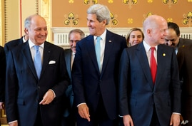 French Foreign Minister Laurent Fabius (L) talks with U.S. Secretary of State John Kerry, and British Foreign Secretary William Hague as they gather for a group photo of the London 11 at the Foreign Office in London, May 15, 2014.