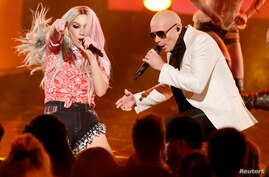 """Pitbull performs his song """"Timber"""" with Ke$ha (L) at the 41st American Music Awards in Los Angeles, California Nov. 24, 2013."""