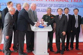 US and Vietnamese officials press start button for Agent Orange clean up project in Da Nang, April 19, 2014. (Marianne Brown/VOA)