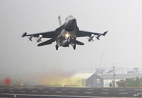 A Taiwan air force F-16 fighter jet scrambles from one section of a highway during the Hanguang air force drill in Madou, Tainan city, south of Taiwan, April 12, 2011.