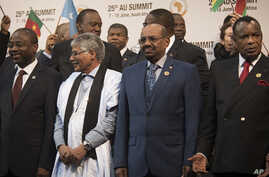 Sudanese president Omar al-Bashir, right, stands with other African leaders during a photo op at the AU summit in Johannesburg, June 14 2015.