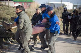 Israeli police arrest a settler in the Amona outpost in the West Bank, Feb. 1, 2017. Israeli forces have begun evacuating the controversial settlement, which is the largest of about 100 unauthorized outposts erected in the West Bank.