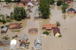 A partial aerial view of the flooded city of Orasje, Bosnia-Herzegovina, May 18, 2014. Russian cargo planes and rescue teams from around Europe on Sunday joined huge volunteer aid efforts in swathes of Serbia and Bosnia where at least 24 people have