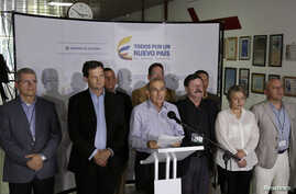 Humberto de la Calle, flanked by fellow negotiators for Colombia's government, speaks to reporters in Havana about an agreement with FARC rebels to clear battlefields of explosives, March 7, 2015.
