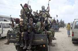 Al-Shabab fighters display weapons as they conduct military exercises in northern Mogadishu, Somalia. (File Photo)