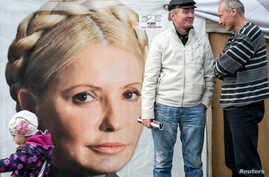 Supporters of jailed former Ukrainian Prime Minister Yulia Tymoshenko chat in a protest tent camp in central Kiev, Oct. 7, 2013.