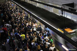 Commuters wait for the train at the Estacao da Se subway station in downtown Sao Paulo June 10, 2014. Subway workers late on Monday suspended a strike that crippled traffic in Brazil's biggest city, but warned they could resume their walkout on Thurs