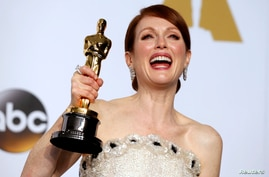 """Actress Julianne Moore poses with her Oscar for best actress for her role in """"Still Alice""""  the 87th Academy Awards in Hollywood, California, Feb. 22, 2015."""