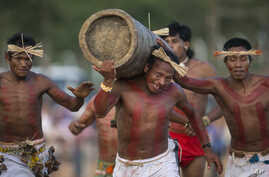 Kanela Indians carry a tree trunk during a race at the indigenous games in Cuiaba, Brazil, Nov. 13, 2013.