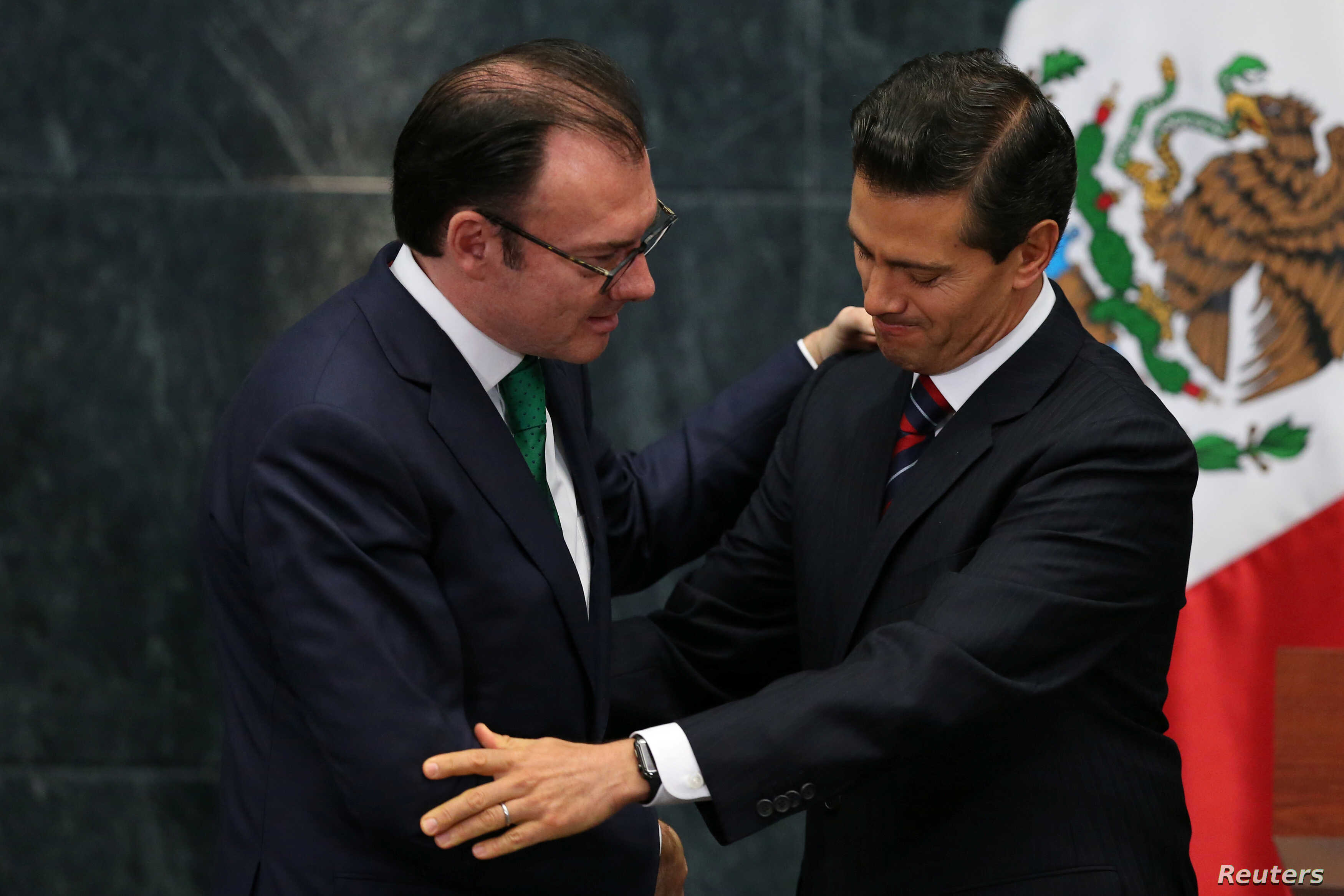 Mexico's President Enrique Pena Nieto shakes hands with former Finance Minister Luis Videgaray during the announcement of new cabinet members at Los Pinos presidential residence in Mexico City, Mexico, Sept. 7, 2016.