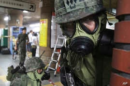 South Korean army soldiers take part in a South Korea-U.S. joint military exercise at a subway station in Seoul, August 20, 2013.