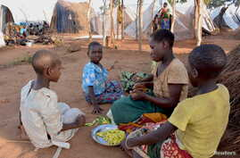 Mozambican child refugees prepare food at Kapise camp in Malawi's Mwanza district, Jan. 18, 2016.