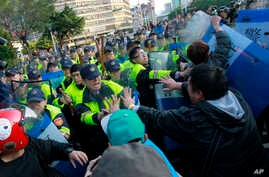 Demonstrators protesting against a China Taiwan trade pact clash with riot police clearing the government Cabinet buildings in Taipei, Taiwan, Monday, March 24, 2014.