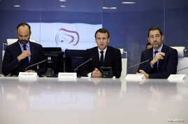 French President Emmanuel Macron (C) presides over an emergency crisis meeting with French Prime Minister Edouard Philippe (L) and French Interior Minister Christophe Castaner (R) at the Interior Ministry in Paris, late 16 March 2019.