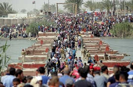Displaced Sunni people, who fled the violence in the city of Ramadi, arrive at the outskirts of Baghdad, Iraq, April 17, 2015.