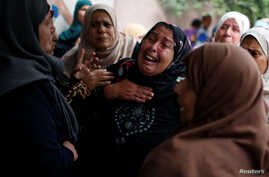 Relatives of Palestinian Ahmed al-Athamna, 24, who was killed at the Israel-Gaza border, mourn during his funeral in Beit Hanoun town, in the northern Gaza Strip, April 20, 2018.