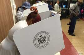 Voters at the 2nd Canaan Baptist Church, Central Harlem, New York, April 19, 2016. (R. Taylor / VOA)