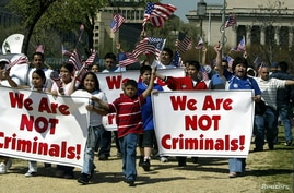 A group of demonstrators arrive to rally for immigration rights at The Mall in Washington April 10, 2006. Tens of thousands of people are expected to rally in support of federal legal immigration reform. - RTXOH5V