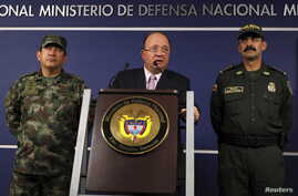 Colombia's Defense Minister Luis Carlos Villegas (C) delivers a speech, next to Colombian armed forces chief General Juan Pablo Rodriguez (L) and director of national police General Rodolfo Palomino (R) during a news conference in Bogota, Colombia Oc
