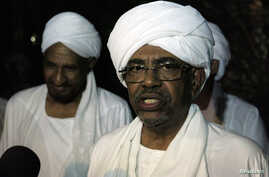 Sudan's President Omar al-Bashir speaks during joint news conference with opposition Umma Party leader and former Prime Minister Al-Sadiq Al Mahadi (L) after their meeting at Mahadi's house in Omdurman, August 2013.