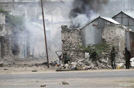 Somali government soldiers hold their position against suspected militants during an attack at the Jilacow underground cell inside a national security compound in Mogadishu, Aug. 31, 2014.