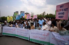FILE - Pakistani protesters demand a trial for American diplomat involved in a vehicle crash that killed a person, in Islamabad, April 10, 2018. In a second accident involving a U.S. diplomat, which occurred April 29, 2018, Pakistani authorities have