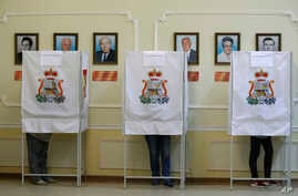 Russia Election: Local residents fill their ballots at a polling station in Smolensk, western Russia, Sunday, Sept. 18, 2016.