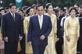 Thailand's Prime Minister Prayuth Chan-ocha (C), his wife Naraporn Chan-ocha (2nd R) and his cabinet pray for the health of Thailand's revered King Bhumibol Adulyadej, at the Siriraj hospital in Bangkok, Oct. 6, 2014.