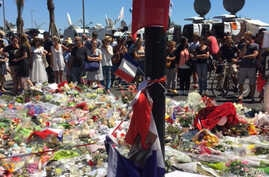People gather in Nice to reflect and pay respects to the victims of Thursday's attack, July, !6 2016. (L. Ringe/VOA)
