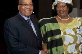 South Africa's President Jacob Zuma (L) smiles as he welcomes Malawi President Joyce Banda during a courtesy visit in Pretoria, July 31, 2012.