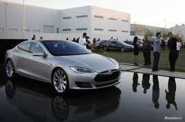 People arrive to see Tesla officials demonstrate carmaker's new battery swapping program, Hawthorne, Calif., June 20, 2013.
