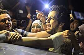 Al Jazeera Arabic service reporter Abdullah Elshamy is greeted by friends and family after being released from a Cairo prison Tuesday evening, June 17, 2014. (VOA / Hamada Elrasam)