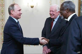 Russian President Vladimir Putin (l) greets former U.S. president Jimmy Carter and former U.N. Secretary-General Kofi Annan (r) as he meets with members of the Elders group in the Novo-Ogaryovo residence outside Moscow, Russia, April 29, 2015.