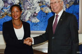 Adviser to the Prime Minister on National Security and Foreign Affairs, Sartaj Aziz shake hand with U.S. National Security Adviser Susan Rice in Islamabad, Pakistan, Aug. 30, 2015.
