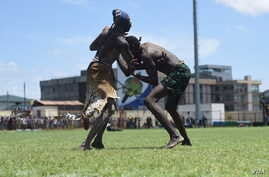 """Two wrestlers grapple at the """"Wrestling for Peace"""" tournament at Juba Stadium in South Sudan's capital, April 16, 2016. (J. Patinkin/VOA)"""