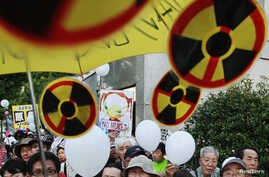Anti-nuclear demonstrators gather outside Japanese Prime Minister Yoshihiko Noda's official residence in Tokyo, August 10, 2012.