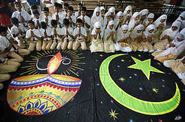 Hindu and Muslim school children offer prayers for peace in Ahmadabad (file photo – 23 Sept 2010)