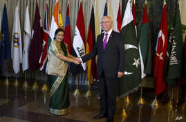 Indian Foreign Minister Sushma Swaraj (L) shakes hand with Pakistan's top adviser for foreign affairs, Sartaj Aziz, prior to their meeting in Islamabad, Pakistan, Dec. 9, 2015.
