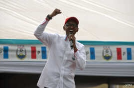 President Paul Kagame speaks at a rally outside of Kigali. (Z. Baddorf for VOA)