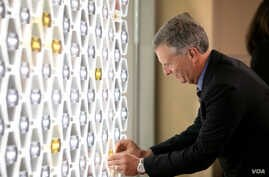 Inductee Stan Honey adds his name plaque to the Gallery of Icons  (Photo by Jay Premack/USPTO)