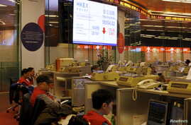 A display board shows the falling Hang Seng Index during morning trading on the first day of trading after Lunar New Year holidays at the Hong Kong Stocks Exchange in Hong Kong, China, Feb. 11, 2016.
