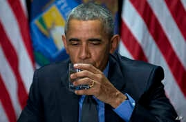 President Barack Obama drinks filtered Flint water during a briefing on the response to the ongoing water crisis by the unified command group at the Food Bank of Eastern Michigan in Flint, Mich., May 4, 2016.