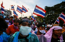 Anti-government protesters gather during clashes with police at metropolitan police headquarters in Bangkok Dec. 2, 2013.