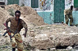 A government soldier runs for cover during heavy clashes in northern Mogadishu, 11 Mar 2010, in a second day of intense fighting between Somali government troops and insurgent forces