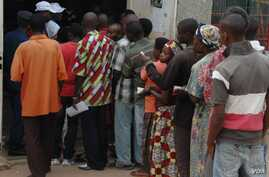 People line up to vote in Bujumbura, Burundi, June 29, 2015. (Photo: Edward Rwema / VOA)