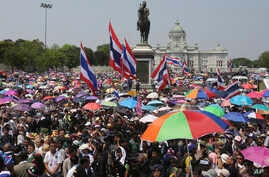 Thai anti-government protesters gather in front of King Chulalongkorn statue during a mass rally in Bangkok, Thailand Saturday, March 29, 2014.