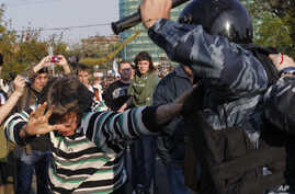 """Russian riot police scuffle with protesters during the """"march of the million"""" opposition protest in central Moscow May 6, 2012 (file photo)."""