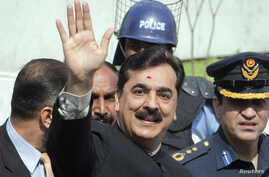 Pakistan's Prime Minister Yusuf Raza Gilani waves after arriving at the Supreme Court in Islamabad, April 26, 2012.